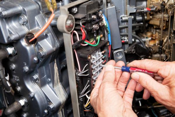 skipselektrikere reparerer skipselektronikk